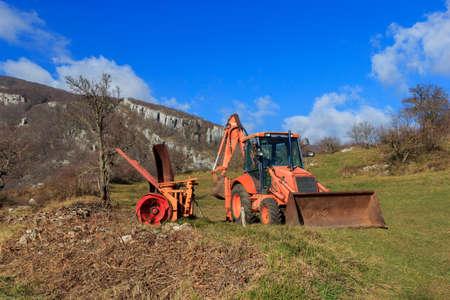 arando: maquinaria agrícola en escenario de montaña Foto de archivo
