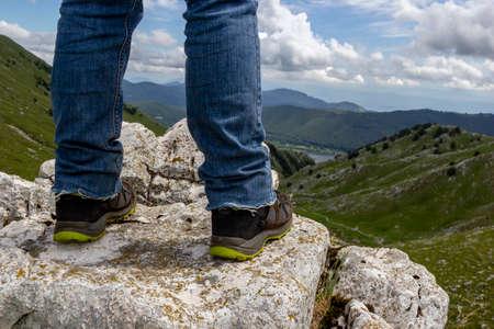 detail of feet on mountain peak in matese park gallinola 免版税图像