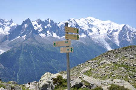 cruce de caminos: Regístrate en la montaña Foto de archivo