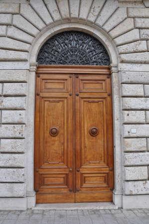 Houten deur en een stenen muur, gebouwen Toscane