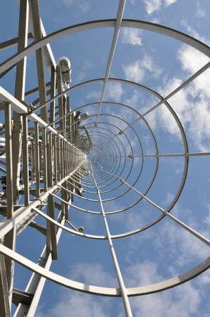 materiales de construccion: Escalera a la parte superior de la torre de telecomunicaciones Foto de archivo