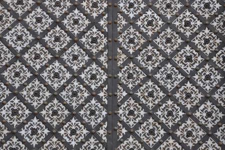 puertas de hierro: Acero forjado puerta con el ornamento decorativo Foto de archivo