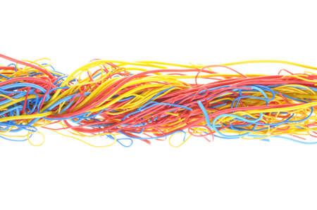 Verwarde kabels in telecommunicatienetwerken geïsoleerd op witte achtergrond Stockfoto