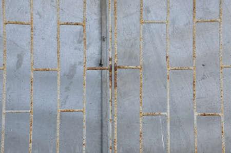 puerta de metal: Cerrada la puerta de metal en una f�brica abandonada Foto de archivo
