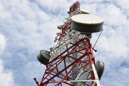 Telecommunicatie-toren met magnetron link tegen een blauwe hemel Stockfoto
