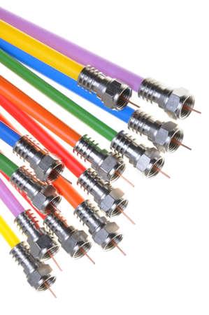 Coax kabels met connectoren geïsoleerd op witte achtergrond