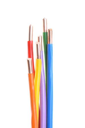 Gekleurde elektrische kabels op een witte achtergrond