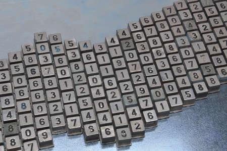 teclado num�rico: Conjunto de bot�n de n�mero de marcaci�n de edad para el tel�fono en superficie de metal Foto de archivo