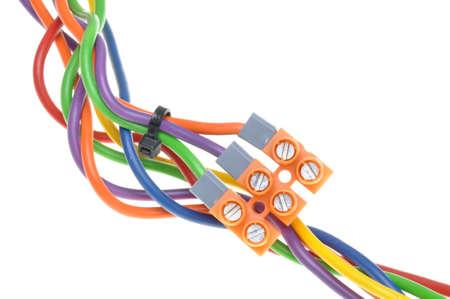 cables electricos: Cables el�ctricos de color con bloques de terminales Foto de archivo