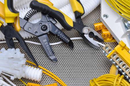 electricidad industrial: Herramientas y componentes para la instalaci�n el�ctrica Foto de archivo