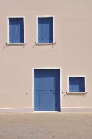 Geschlossen blauen Fenstern und Türen an der Wand des Mittelmeerhaus während der Siesta Standard-Bild - 43191609