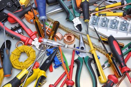 electricidad: Herramientas y kit de componentes para su uso en instalaciones eléctricas Foto de archivo