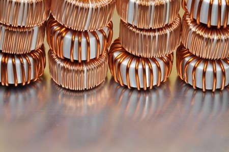 magnetismo: Bobinas eléctricas de cobre en el fondo de metal Foto de archivo