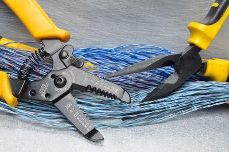 Krimptang tangen en kabels op een grijze achtergrond met plaats voor tekst Stockfoto - 47040535
