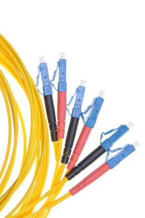 fibra �ptica: Los cables de conexi�n de fibra �ptica aislados en el fondo blanco