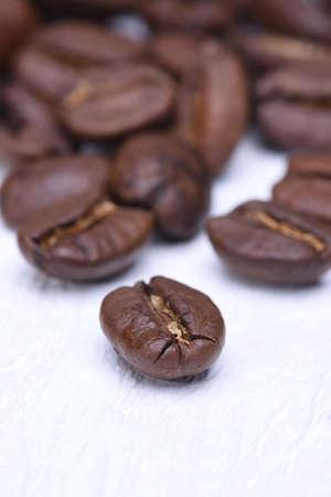 granos de cafe: Primer plano de granos de caf� en la tabla de madera Foto de archivo