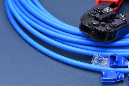 red informatica: Herramienta que prensa con el cable de red inform�tica Foto de archivo