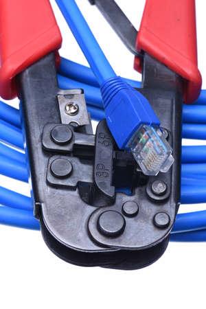 red informatica: Herramienta para prensar con cable de red aislada en el fondo blanco Foto de archivo