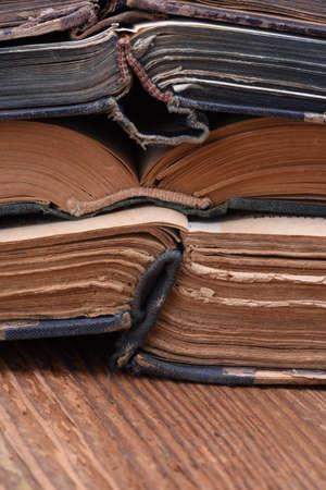 libros abiertos: Pila de viejos libros abiertos de cerca Foto de archivo