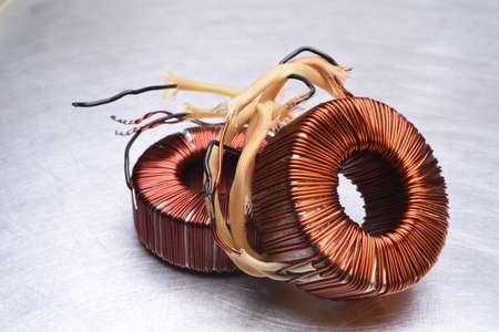 magnetismo: Rame bobine dei trasformatori su sfondo metallico