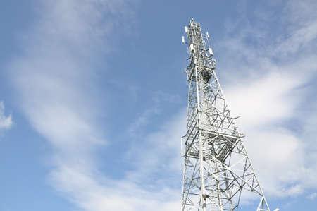 Telecommunicatietoren met blauwe en bewolkte hemel Stockfoto - 86171460