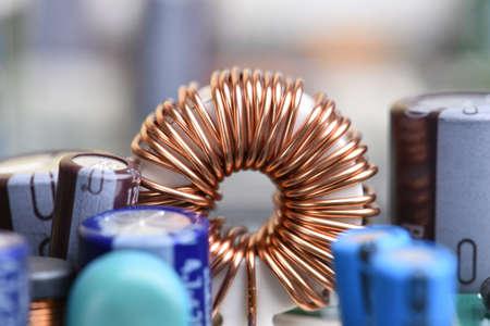 電磁コイル、回路基板上のインダクタクローズアップ 写真素材