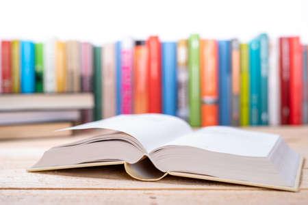 Libro aperto ravvicinato con sfondo tonico libreria libreria Archivio Fotografico