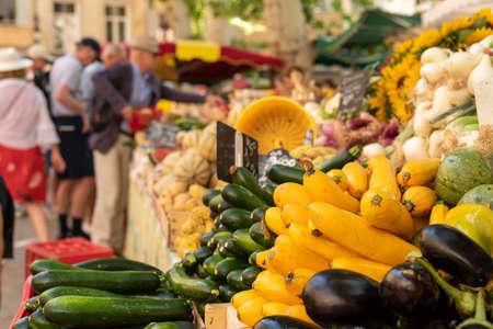 Hortalizas frescas en el mercado callejero de Aix-en-Provence, Francia