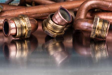 Installation et service de raccords de plomberie et de chauffage, articles après réparation sur la surface métallique de l'atelier
