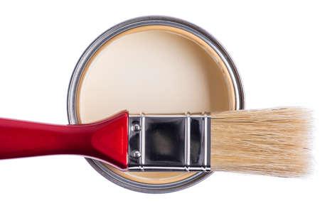 Pot de peinture avec outil pinceau isolé sur fond blanc, vue directement au-dessus