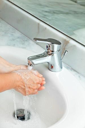 sump: donna di lavarsi le mani a bagno in marmo moderno. acqua propagato