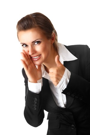 lachende moderne zaken vrouw rapportage van goed nieuws en weer gegeven: thumbs up gebaar geïsoleerd op witte achtergrond Stockfoto