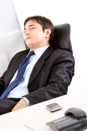 weariness: Cansado empresario moderno durmiendo en un sill�n de Oficina
