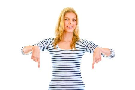 dedo se�alando: Sonriendo dedos se�alador hermosa ni�a adolescente abajo aislado en blanco