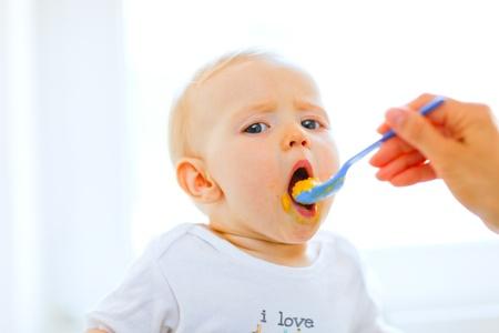 ni�os comiendo: Comer embarrado pretty baby girl boca abierta para cuchara