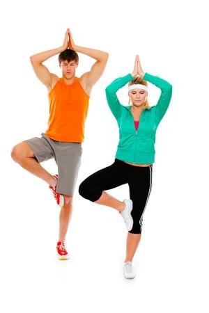 hombres haciendo ejercicio: Muchacha de la aptitud y el hombre en el yoga ropa deportiva haciendo aislado en blanco