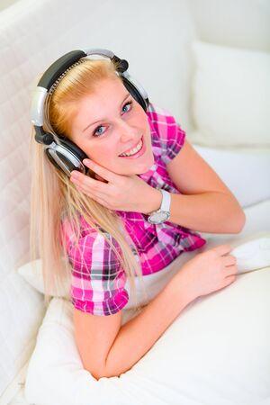 listening to music: Ni�a feliz escuchando m�sica Foto de archivo