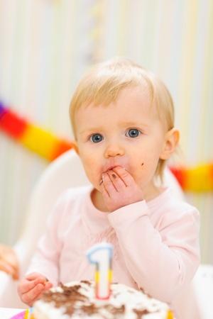 smeared baby: Retrato de devorar, comer untado primer pastel de cumplea�os