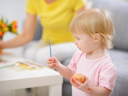 smeared baby: Pintura manchada beb� para colorear huevos de Pascua