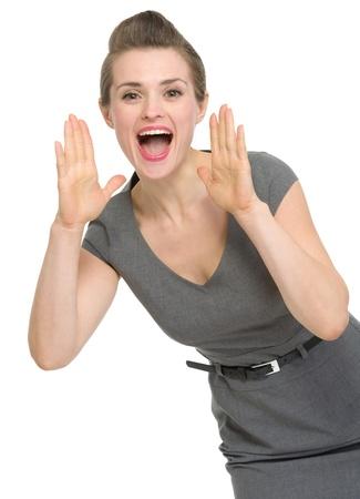 Mujer feliz gritando a través de las manos en forma de megáfono. HQ foto. No oversharpened. No sobresaturado