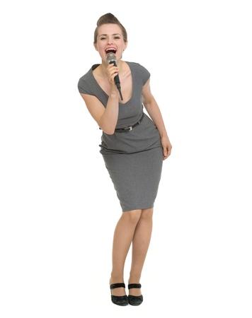 personas cantando: Retrato de cuerpo entero de la mujer feliz cantando en el micr�fono. HQ foto. No oversharpened. No sobresaturado