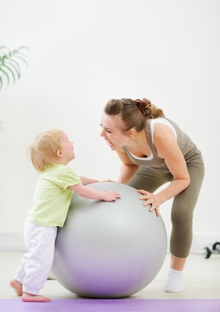 mamma: Mother and kid having fun in gym