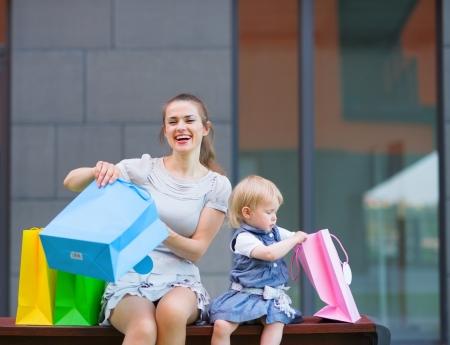 ni�os de compras: La madre y el ni�o examina las compras despu�s de las compras