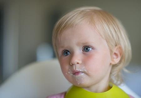 smeared baby: Retrato de comer beb� manchada