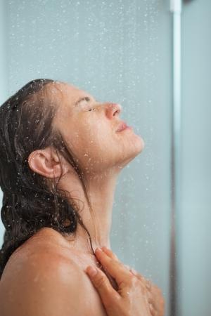 cabine de douche: Portrait de femme qui se baignait dans la douche