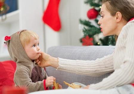 smeared baby: Limpieza Madre comer untado beb� comiendo galletas de Navidad