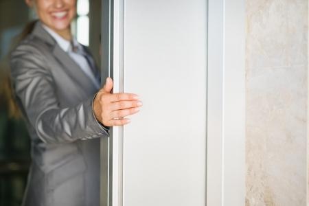 cerrar la puerta: Primer en mujer de negocios puerta del ascensor holding mano Foto de archivo