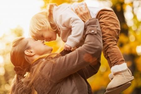 otoño: Joven madre creciente bebé hasta