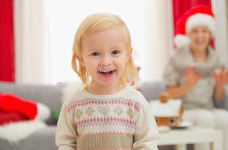 smeared baby: Retrato de comer untada ni�a en Navidad disfrutando de la Navidad