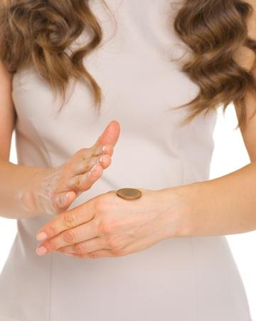 m�nzenwerfen: Closeup auf der Hand �ffnung M�nze nach tossing Lizenzfreie Bilder